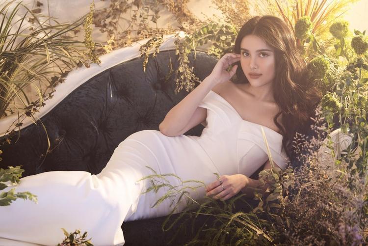 """Trong bộ ảnh thời trang vừa đăng tải, Diệu Thùy khiến người hâm mộ """"mê mẩn"""" khi thả dáng cùng những trang phục tuyền một màu trắng thanh tao. Với bối cảnh cây lá xanh ngắt, nàng hậuhoá thân thành một nàng công chúa mơ màng lạc giữa khu vườn huyền bí, ma mị."""