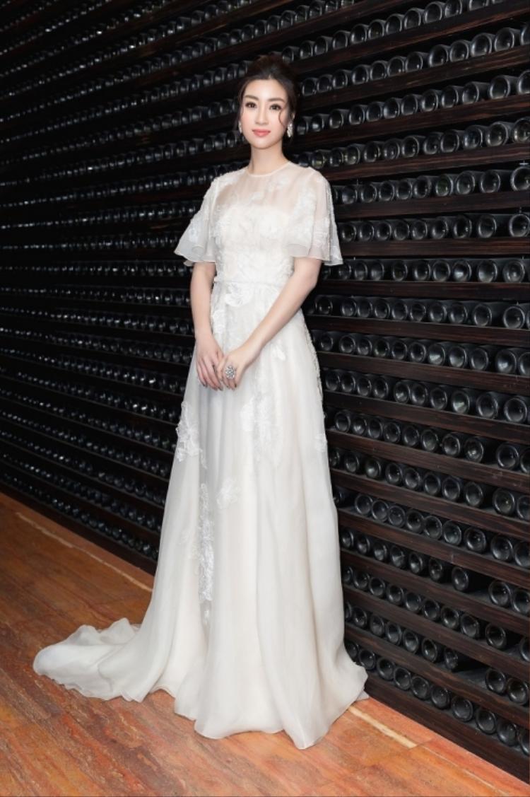 Và không biết vô tình hay hữu ý, chiếc váy này cũng từng được Đỗ Mỹ Linh chưng diện khi xuất hiện trong một sự kiện hồi đầu năm.