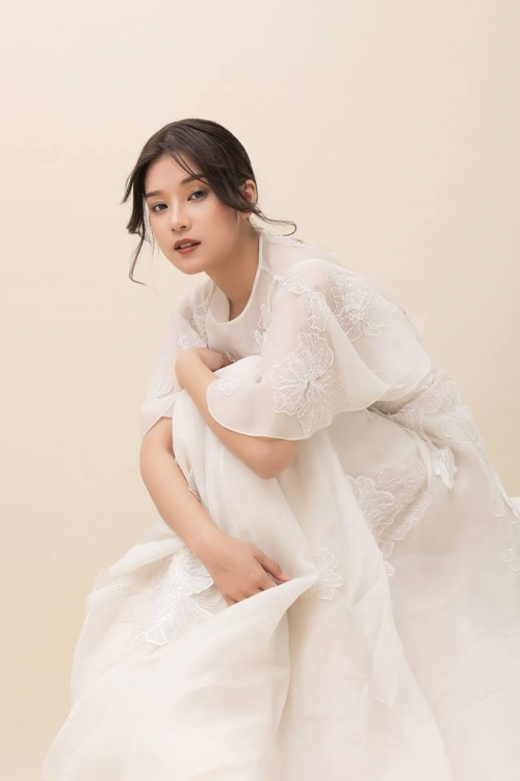 """Bí quyết của Hiểu Phương trong """"Tháng năm rực rỡ"""" là ngồi lên một chiếc ghế cao, lợi dụng phần tà váy rũ mềm mại để cho ra những bức ảnh đẹp."""