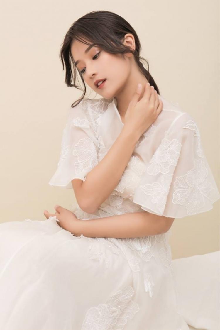 Gam màu trắng tinh khôi càng giúp tôn lên nét ngọt ngào, dịu dàng của người đẹp sinh năm 1995.
