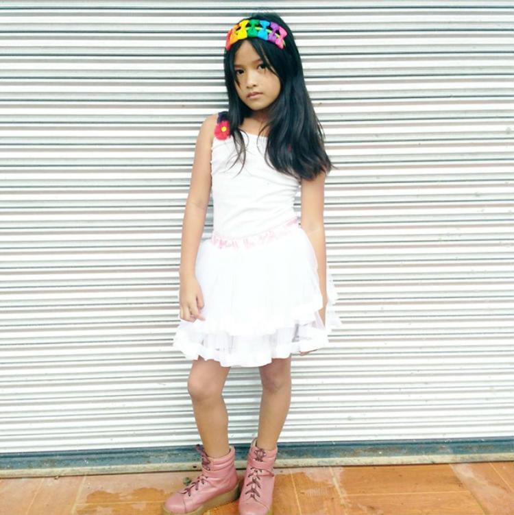 """Cách ăn mặc của cô bé cũng hợp lứa tuổi. Trong một bức ảnh, Lirah để mặt mộc và diện váy kiểu công chúa. Một số người dùng bình luận: """"Lớn đi anh đợi"""", hoặc """"Cô bé này sau khi dậy thì sẽ trở thành mỹ nhân đấy""""…"""