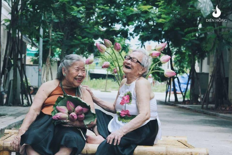 """Mới đây, trên mạng xã hội xuất hiện một bộ ảnh của 2 cụ bà mặc yếm, tạo dáng """"xì tin"""" bên hoa sen gây sốt."""