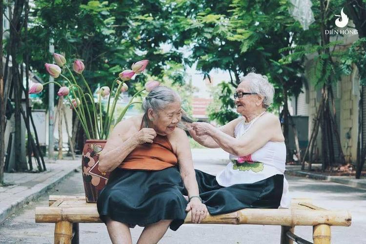 Chỉ đơn giản có vài khoảng khắc cũng đủ làm bao người ước ao có một bộ ảnh tình bạn già nhẹ nhàng như thế.