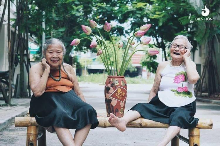 Được biết, bộ ảnh do chị Hoàng Thị Thu Ngân (30 tuổi, Phó giám đốc Trung tâm dưỡng lão Diên Hồng - Hà Nội) với mong muốn lưu giữ lại những khoảnh khắc đẹp các cụ già đang sống tại trung tâm.