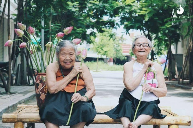 Nhìn 2 cụ vui vẻ chụp hình nhiều người bất giác nhớ đến người bạn thân. Liệu rằng tình bạn có mình có bền vững như vậy?