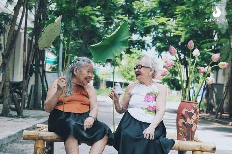 Không trang điểm lộng lẫy, trẻ đẹp nhưng bộ ảnh của 2 cụ khiến nhiều người ấm lòng.