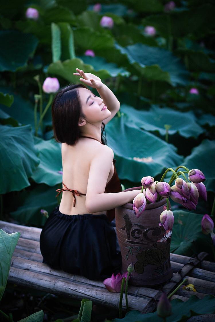 Hotgirl lọt top 3 người đẹp nhất THPT Nguyễn Bỉnh Khiêm khoe lưng trần nóng bỏng bên hoa sen