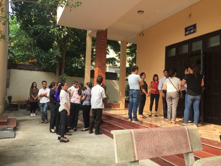Nhiều người nhà nạn nhân đứng chờ bên ngoài phòng xử