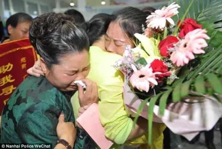 Phút giây đoàn tụ xúc động của chị Lin sau 30 năm thất lạc gia đình. Ảnh: CCTV