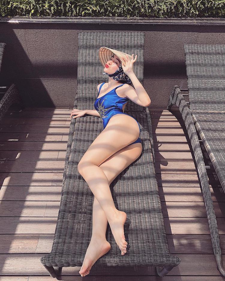 Vòng 3 khủng tiếp tục được phô diễn với bikini, cô nàng còn gây sốt với thời trang nón lá đi bơi cùng biểu cảm đáng yêu