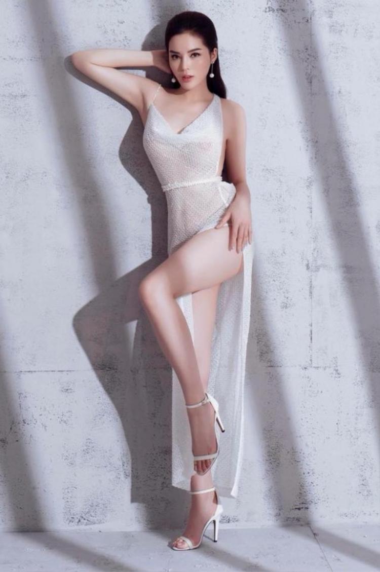 Kì duyên trong bộ đồ xuyên thấu gây tranh cãi mới đây, khoe triệt để đường cong của nàng hậu cá tính này