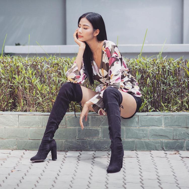 Dù sở hữu chiều cao lý tưởng, 1,77 m nhưng Hoàng Thùy ưu tiên chọn trang phục tôn chiều cao. Cô chọn bốt đen qua gối, chân váy ngắn kết hợp với áo họa tiết hoa xẻ sâu.