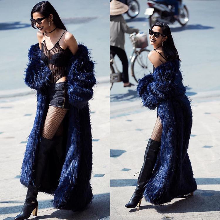 Cô khéo léo kết hợp bốt cao và áo lưới xuyên thấu, chiếc áo choàng lông thú càng tôn thêm vè quyến rũ và quyền lực.