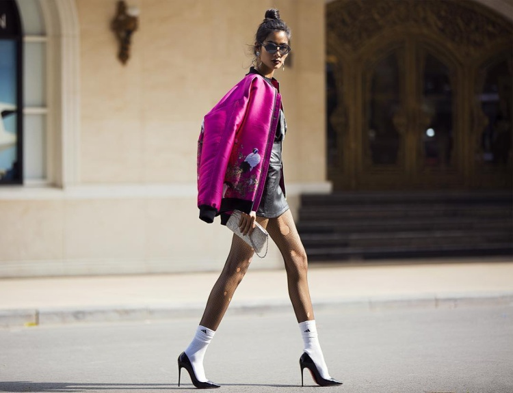 """Chân dài sinh năm 1992 từng phá cách với giầy cao gót kết hợp với vớ, tất nhiên, cô vẫn trung thành với váy ngắn.Nhiều người cho rằng Hoàng Thùy không có gu thời trang riêng, tuy nhiên, """"bộ 3 hoàn hảo"""" này giúp Hoàng Thùy nổi bật giữa dàn mỹ nhân trong showbiz Việt."""