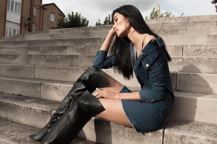 Hay set đồ cá tính với bốt đen form rộng và đầm jeans màu tối.