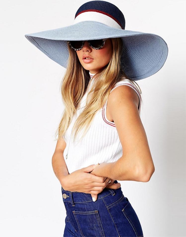 """Không quá khó trong khâu mix đồ cũng như đem đến vẻ ngoài tươi trẻ là những điều khiến chiếc nón này trở nên """"hot"""" trong mùa hè năm nay."""