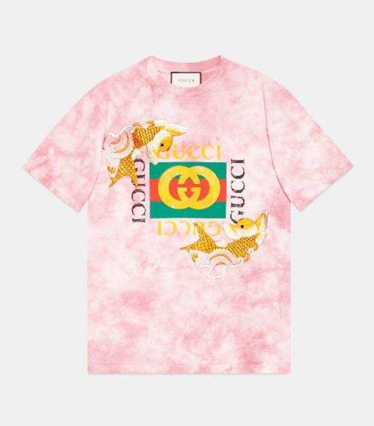 """Điều này còn chứng minh qua chiếc áo in logo Gucci từng được nhiều sao Việt bất chấp """"đụng hàng"""" mà quyết diện cho bằng được."""