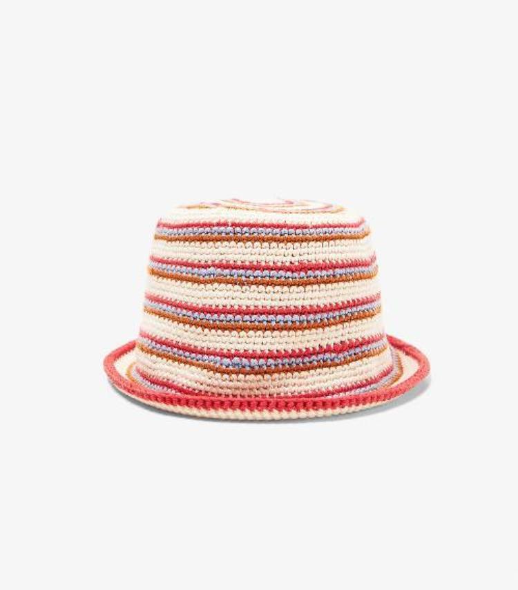 """Ngoài các chất liệu kaki thông thường, năm nay, kiểu nón được đan bằng sợi nhựa, sợi cói cũng hứa hẹn """"gây bão""""."""
