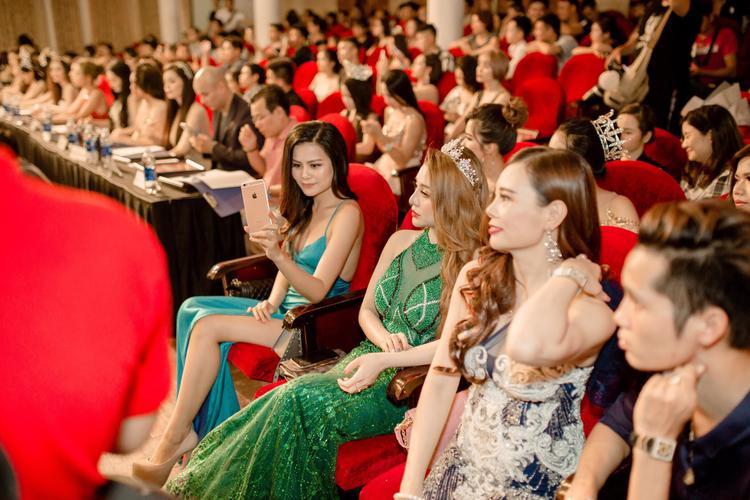 Mới đây, trong một sự kiện sắc đẹp diễn ra tại Hà Nội, Mon 2k xuất hiện với vai trò là khách mời đặc biệt.