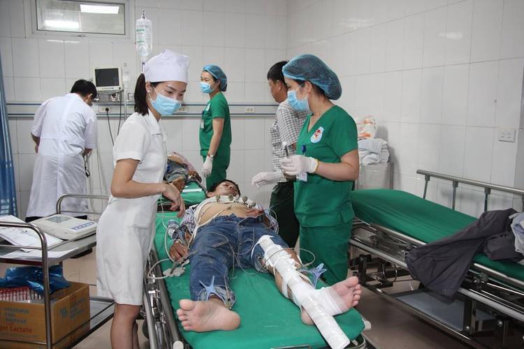 Các nạn nhân được các bác sĩ cấp cứu.