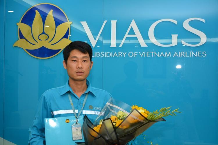 Anh Nguyễn Chí Cường, nhân viên Trung tâm phục vụ trên tàu - VIAGS Nội Bài, công ty con của Vietnam Airlines.