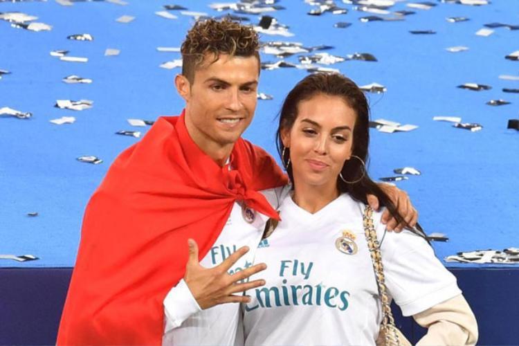 Mẹ Ronaldo tiết lộ con trai sẽ cưới cô bạn gái Georgina Rodriguez.