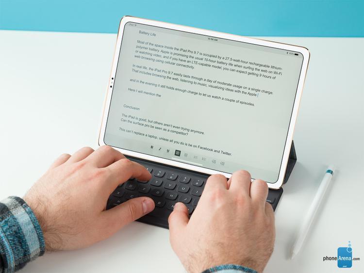 """Phonearena hình dung một chiếc iPad vẫn có viền màn hình nhưng mỏng hơn đáng kể so với hiện tại. Chiếc máy này không sử dụng thiết kế """"tai thỏ"""" như iPhone X và thành thực mà nói nó khiến tổng thể thiết bị cân đối hơn nhiều."""