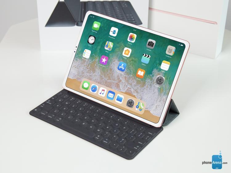 Phonearena đánh giá iPad là một thiết bị bắt buộc phải sử dụng hai tay mới có thể tương tác được. Vì thế, nó cần viền màn hình để người dùng có thể cầm và tương tác với thiết bị thoải mái hơn.