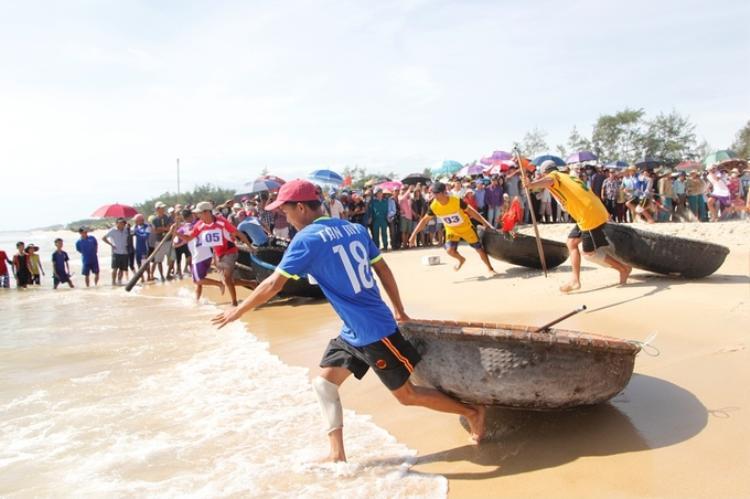 Sáng 8/6, huyện Quảng Điền (Thừa Thiên Huế) tổ chức ngày hội biển đảo với hoạt động nổi bật nhất là đua thuyền thúng trên biển của ngư dân vùng bãi ngang.