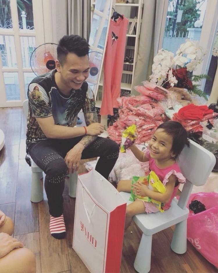 Bé Pàng được bố đỡ đầu mua cho rất nhiều quà.