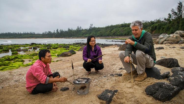 Trong chuyến thăm Huế, ông Bourdain đã tới làng hầm Vĩnh Mốc và cùng nướng cá trên than hoa cùng người dân địa phương.