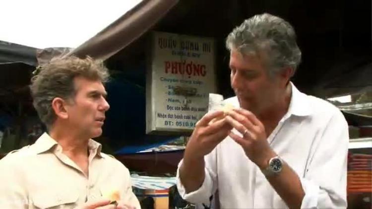 """ÔngBourdain đã """"phải lòng""""bánh mỳ Phượng, Hội An và đưa món ăn này trở thành """"cơn sốt"""" ở Việt Nam và thậm chí là khắp thế giới. Với ông,cảm giác nhai từng miếng bánh mì Phượng giống như một """"bản hòa âm trong miếng sandwich""""."""