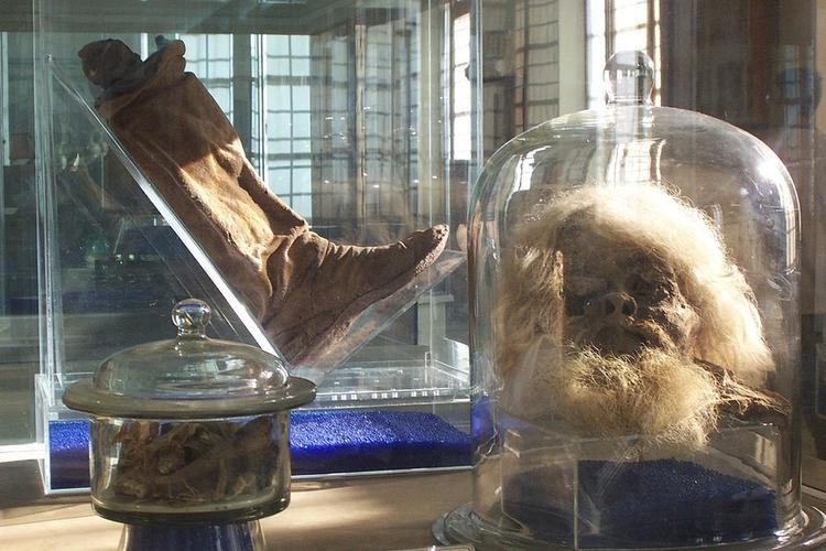 Phần thủ cấp và chân người được tìm thấy trong hang động muối. Ảnh:Ensie & Matthias