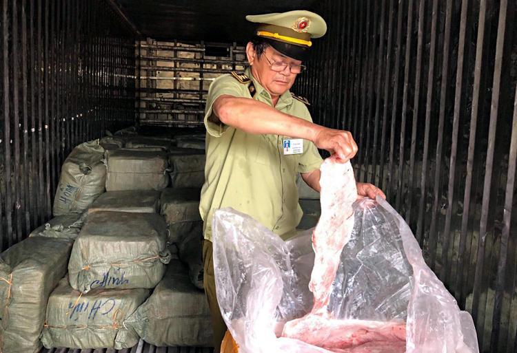 Hơn 6,5 tấn thịt đông lạnh đang phân hủy, bốc mùi hôi thối. Ảnh: CTV