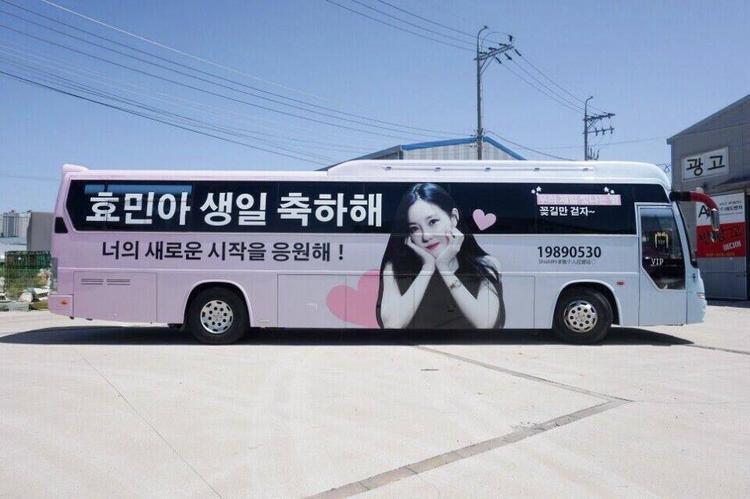 Trước tiên là Hyomin nhé, fan đã thuê hẳn một chiếc xe buýt , trang trí lại và cho chạy vòng quanh Seoul trong vài ngày liên tục.