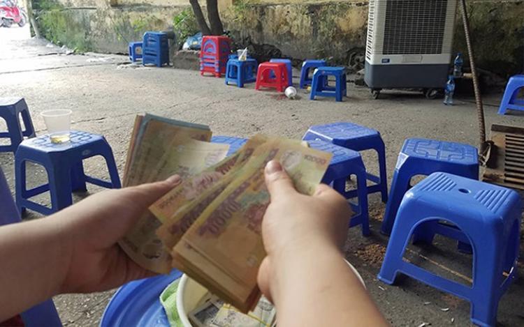 Kỳ thi vào lớp 10 cũng là cơ hội để những người kinh doanh nhỏ lẻ kiếm thêm thu nhập. (Ảnh: Dân Việt)