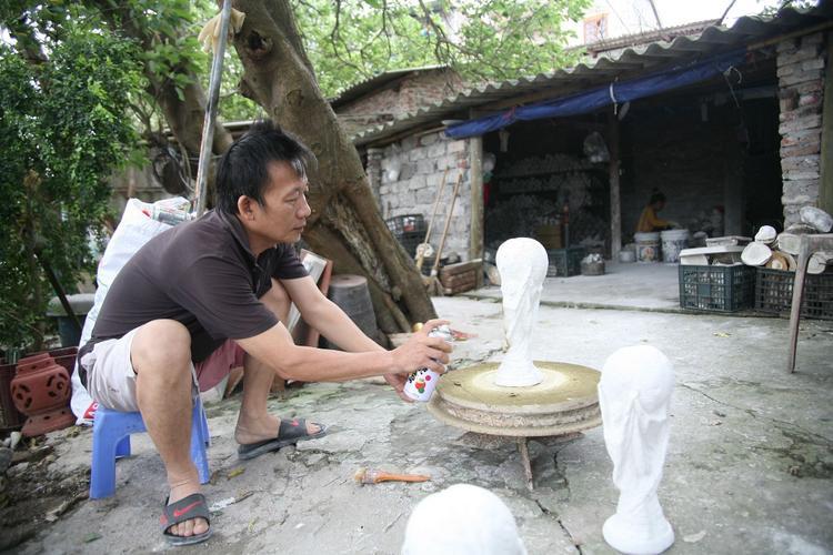 Những ngày gần đây, vợ chồng ông Vương Hồng Nhật (57 tuổi) cùng vợ là bà Nguyễn Thị Nga ở làng gốm cổ Bát Tràng, xã Bát Tràng, huyện Gia Lâm, Hà Nội tất bật đẽo gọt những lô hàng cúp vàng để giao bán cho khách.
