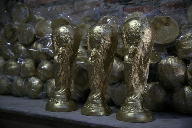 Những chiếc cúp vàng sau đó được đóng gói cẩn thận.
