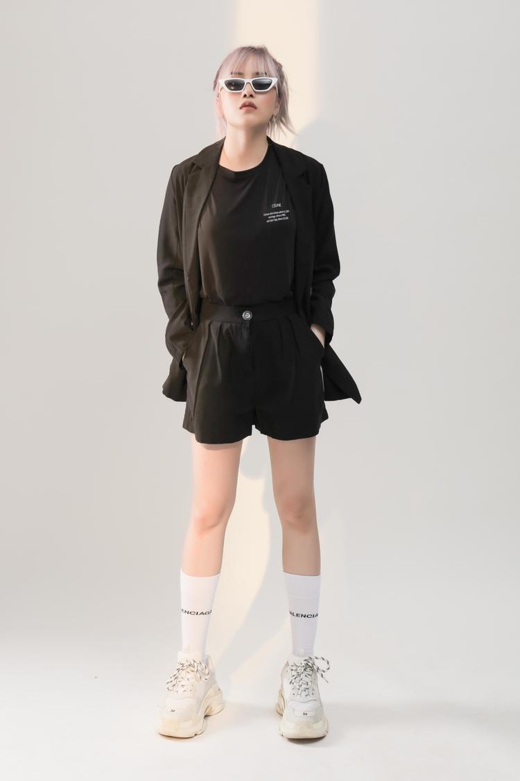 Những trang phục mà nữ ca sĩ lựa chọn có kiểu dáng, chất liệu tốt nhưng giá thành không quá đắt, phù hợp với các cô gái hiện đại trong độ tuổi từ 16-30.