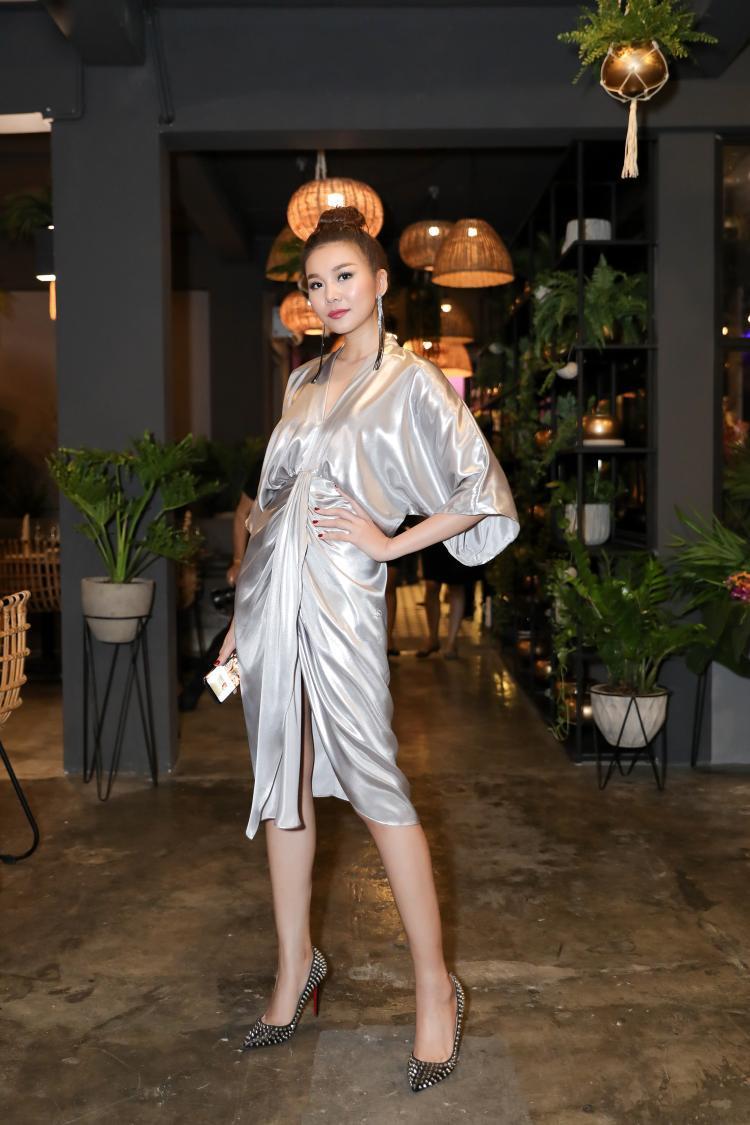 Bận rộn với lịch trình dày đặc, Thanh Hằng vẫn xuất hiện với phong cách rạng rỡ, cuốn hút.