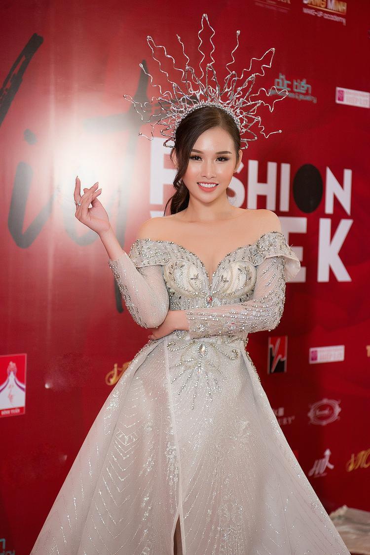"""Chia sẻ về vai trò của mình, Thanh Trang nói:""""Tôi rất vui khi được NTK tin tưởng lựa chọn vào vị trí Vedette kết show thời trang tối qua. Diện lên mình bộ váy cực kỳ lộng lẫy và thu hút, mọi người ai cũng đều ấn tượng và dành lời khen ngợi cho vẻ đẹp sang trọng của bộ trang phục. Mặc dù váy khá dài thế nhưng với kinh nghiệm đi diễn nhiều năm, tôi biết cách trình diễn, xử lý chiếc váy trong mỗi bước chân di chuyển để không phụ lòng tin tưởng của NTK""""."""