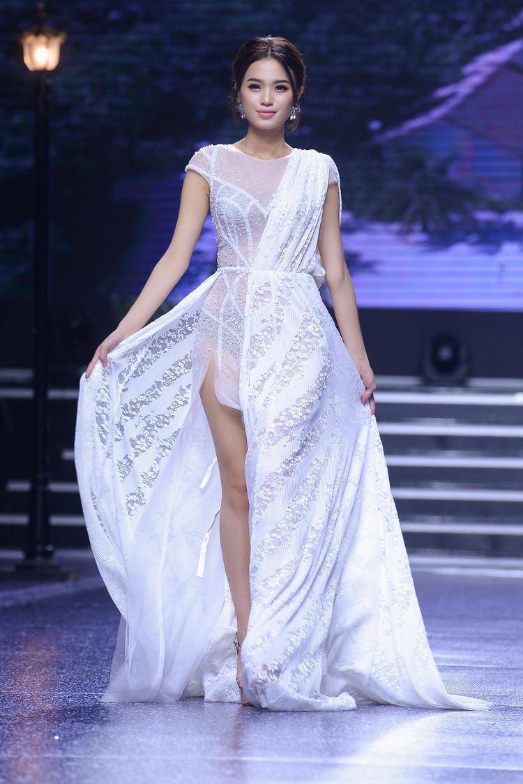 Không quá chú trọng vào những chiếc váy cưới bồng bềnh & nặng nề, với những mẫu váy nhẹ nhàng nhưng đầy tinh tế nhằm tạo cảm giác thoải mái, dễ chịu cho người mặc.