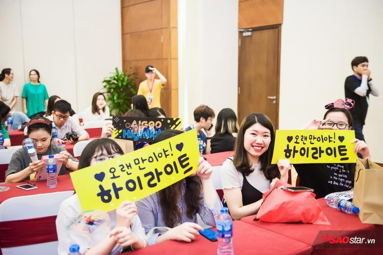 Cận cảnh góc nghiêng thần thánh của dàn trai đẹp Highlight trong fan-meeting ở Hà Nội