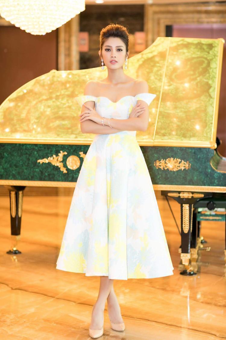 """Mỹ Duyên The Face ngọt ngào như một nàng công chúa với váy xòe bồng cùng điểm nhấn tay rớt. Họa tiết màu vàng xu hướng """"hot"""" nhất mùa hè được cô nàng vận dụng khéo léo trên trang phục."""