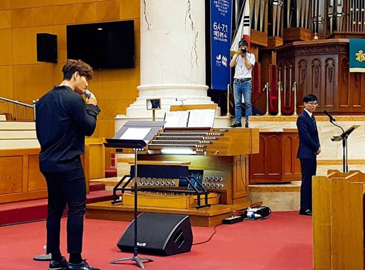 Trong bức hình này, có thể thấy được Kim Jong Kook lẫn MC Yoo Jae Suk.