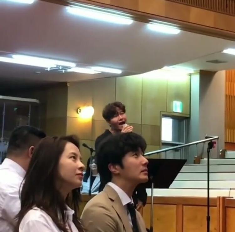 """""""Mợ ngố"""" ngồi kế nam diễn viên trẻ Jung Il Woo, cả hai chăm chú nhìn vào màn hình máy chiếu."""