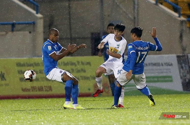 Trận đấu diễn ra trong thời tiết mưa khiến cho hai đội bị hạn chế nhiều về lối chơi kỹ thuật.