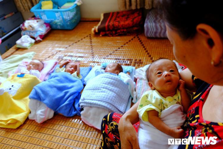 Dù có hai bà nội ngoại trông nhưng từ ngày có 4 con, chị Bé luôn tranh thủ ngủ ngồi, ăn đứng.