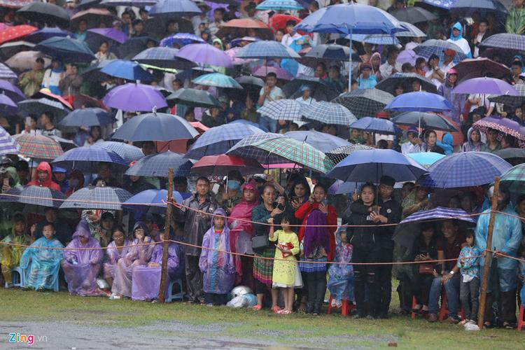 Hàng nghìn người mang ô che mưa đón xem vòng chung kết giải đua ngựa truyền thống Bắc Hà, Lào Cai, sáng 9/6.