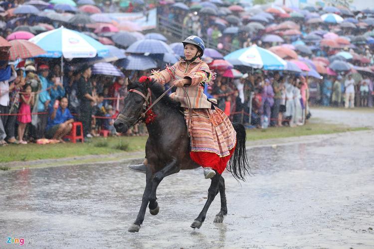 Một cô gái người Mông quất ngựa đi dạo trước khi cuộc đua diễn ra thu hút sự chú ý của khán giả.